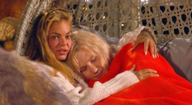 The Cabins programında şaşkına çeviren anlar! İki kadın yorgan altında öpüşürken görüntülendi