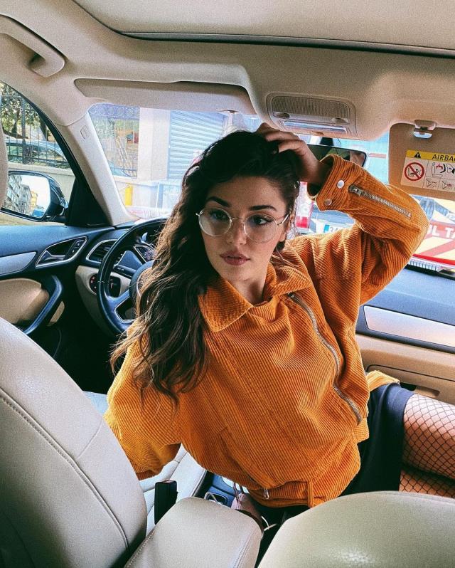 Hande Erçel Instagram'dan araba pozlarını paylaştı!, beğeni butonu adeta çöktü