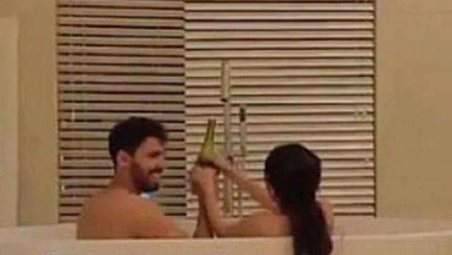 Suudi Arabistan'da yaşayan fenomen Fouz Al-Otaibi, eşiyle küvet videosunu paylaşınca tepki çekti