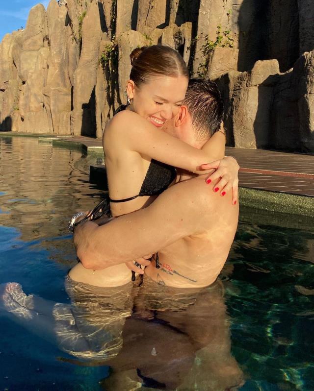Aşka gelen fenomen Duygu Özaslan, sevgilisiyle havuzda sarmaş dolaş poz verdi